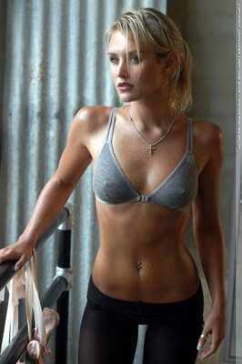Picture tagged with: Blonde, Celebrity - Star, Nicky Whelan, Sport