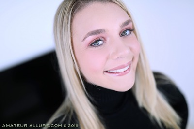 Picture tagged with: Blonde, Eyes, Face, Gabbie Carter, Smiling
