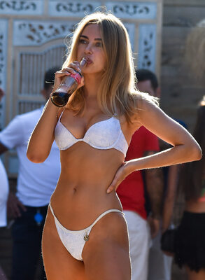 Picture tagged with: Skinny, Blonde, Bikini, Celebrity - Star, Kimberley Garner, Tummy