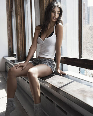 Picture tagged with: Skinny, Brunette, Emily Ratajkowski, Celebrity - Star, Cute, Safe for work